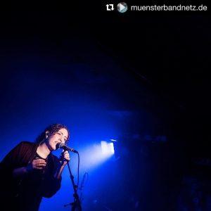 #Repost @muensterbandnetz.de with @repostapp ・・・ @lookingforellamusic live bei der 22. Ausgabe unserer Konzertreihe #diewollennurspielen im @gleis22. Ein toller Abend! Foto: Nils Hölscher (http://ift.tt/2mk92vD) #muensterbandnetz #gehtmehraufkonzerte #supportyourlocalscene #lookingforella #goldsynth #mondmusic #createmusicnrw #createmusic #nofilter
