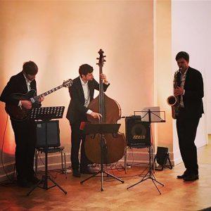 Jazzfrühschoppen mit Phillip Biermann (s), Patrick Wörner (g) und Andreas Pientka (b). Gut und schön entspannt, aber es fehlt doch irgendwie ein Drumset für mehr Drive. #ichgehzumjazz #gehtmehraufkonzerte #kukturforumostbevern
